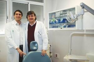 Los investigadores Daniel Torres -izda.- y José Luis Gutiérrez, directores del Máster en Cirugía Bucal de la Facultad de Odontología de la Universidad de Sevilla.
