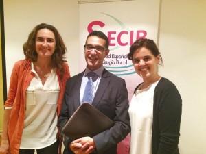 El Dr. Luis Antonio Aguirre Zorzano, ponente del curso de Santander, con la Dra. Agurne Uribarri –izda.– y Ruth Estefanía.