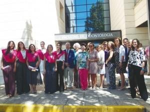 Las egresadas de los títulos propios de Odontología Infantil junto a la decana de la Facultad y los profesores de los títulos.