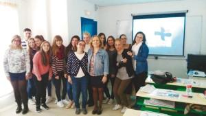 Los alumnos, con Laura Donaire, odontóloga y docente de ETEE, y Maika Lorenzo, gerente del colegio de higienistas madrileño.