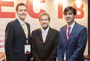 De izda. a dcha. el actual presidente de SECIB, el Dr. Eduard Valmaseda; José Luis del Moral, director de GACETA DENTAL, y David Gallego, anterior presidente de la sociedad.