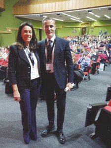 Los doctores Dolores Oteo y Juan Carlos Pérez, en la Facultad de Medicina de la Universidad Complutense de Madrid.