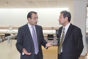 El Dr. Antoni Gómez, presidente del COEC, charlando animadamente con José Luis del Moral, director de GACETA DENTAL.