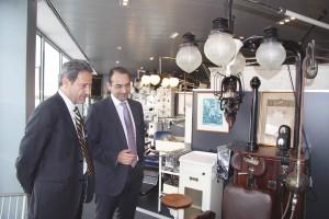 El Dr. Antoni Gómez ejerció de perfecto anfitrión en la visita de GACETA DENTAL al COEC. En la foto, contemplando alguna de las piezas del Museo Odontológico ubicado en la sede colegial.