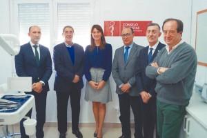 Asistentes a la inauguración oficial de la clínica dental solidaria en el CETI de Melilla.