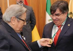 El Dr. Ángel Rodríguez Brioso hace entrega de la primera Medalla de Oro al Dr. Manuel Alfonso Villa Vigil expresidente del Consejo General de Odontólogos y Estomatólogos de España.