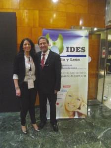 La presidenta de HIDES Castilla y León, Eva López de Castro, con el director de GACETA DENTAL, José Luis del Moral.