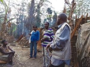 Felicité y Laundry, enfermeros de Djoum y Mintom, hablando con uno de los representantes del poblado y explicando al resto de población las dinámicas a realizar.