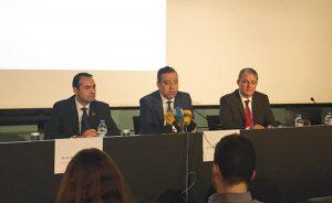 Los doctores Antoni Gómez, presidente del COEC; Óscar Castro, presidente del Consejo de Dentistas de España; y Manuel Bravo Pérez, vicedecano de la Facultad de Odontología de Granada, durante la presentación de la Encuesta en el COEC.