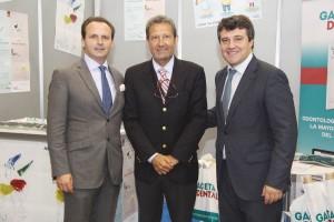 De izda. a dcha., el Dr. Adrián Guerrero, nuevo presidente de SEPA, José Luis del Moral, director de GACETA DENTAL, y el presidente saliente de la sociedad, el doctor David Herrera.