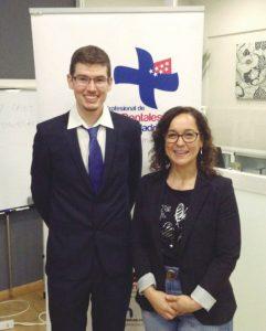 El Dr. Emilio Gil, dictante de uno de los cursos, y Leonor Martín-Pero, del Colegio de Higienistas Dentales de Madrid.