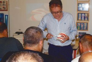 El Dr. José Ángel Alventosa, durante la charla que ofreció en ATELSAM.