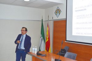El Dr. Pinilla impartiendo el curso.