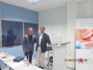 El Dr. Carlos Sanz –dcha.- junto a un representante del colegio alavés.