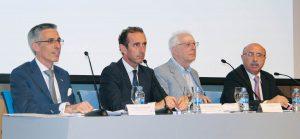De izda. a dcha., los doctores Eugenio Grano de Oro y Antonio Montero; Javier Sádaba y el Dr. José Santos Carrillo.