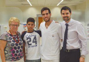 La decana Carmen Gallardo (izda.) y el Dr. Luis Vázquez (dcha.), con un dentista voluntario y un paciente.