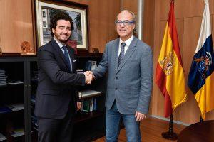 De izq. a drcha., José Manuel Navarro, presidente del Colegio de Dentistas de Las Palmas, y Jesús Morera, consejero de Sanidad del Gobierno de Canarias.