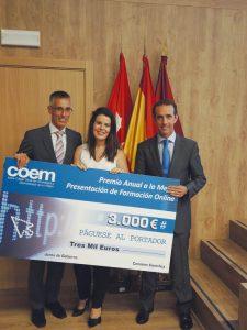 Cristina Díaz Sánchez, ganadora del Premio de Presentación Online, con el cheque que le fue entregado por los doctores Eugenio Gran de Oro (izda.) y Antonio Montero.