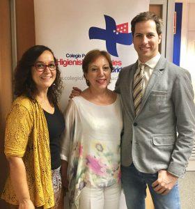 El Dr. Bruno Baracco y Dory Sánchez, en el centro, junto a Leonor Martín-Pero Muñoz, del Colegio de Higienistas de Madrid.