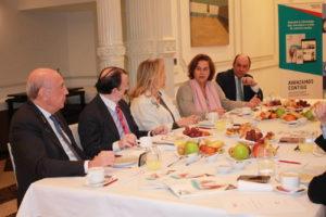 De izda. a dcha., los doctores Carlos Oteo, Jaime A. Gil, Débora y Beatriz Rodríguez-Vilaboa y Rafael Martínez de Fuentes, durante el encuentro celebrado en Madrid.