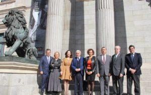 Representantes de los Consejos de Profesionales Sanitarios junto a Dolors Montserrat en el Congreso