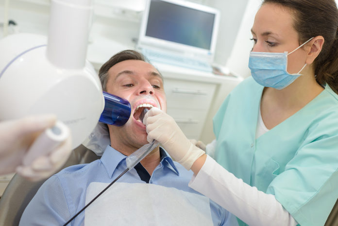 Un paciente es atendido en el dentista