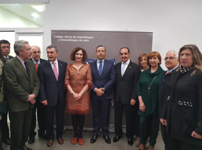 Foto de familia con los asistentes a la nueva sede del colegio de Dentistas de León en Ponferrada.