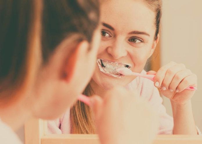 Cepillado de dientes.