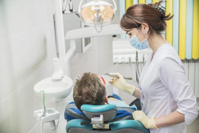 Dentista atendiendo un paciente.