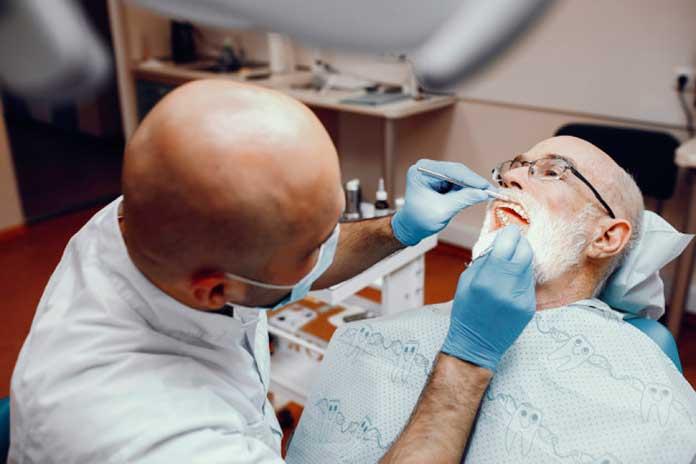 Consejos para cuidar tu dentadura postiza