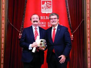 Nombramiento del Dr. Jaime A. Gil como «Ilustre de Bilbao» por el Sr. Alcalde Juan M. Aburto.
